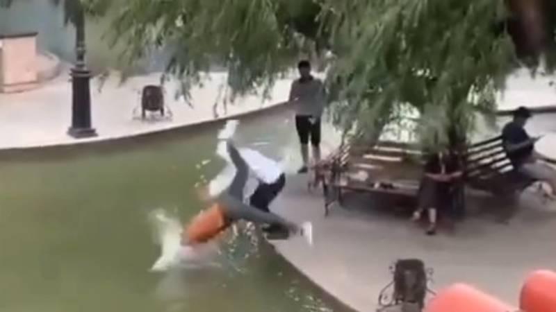 Молодые люди прыгнули в фонтан возле ЦУМа
