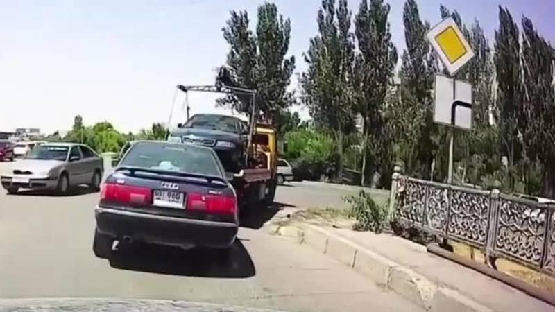 Эвакуатор уронил машину, которую вез на буксире. Видео