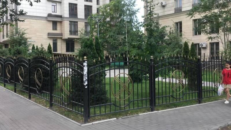 Законно ли стоит забор на Раззакова? Фото горожанина