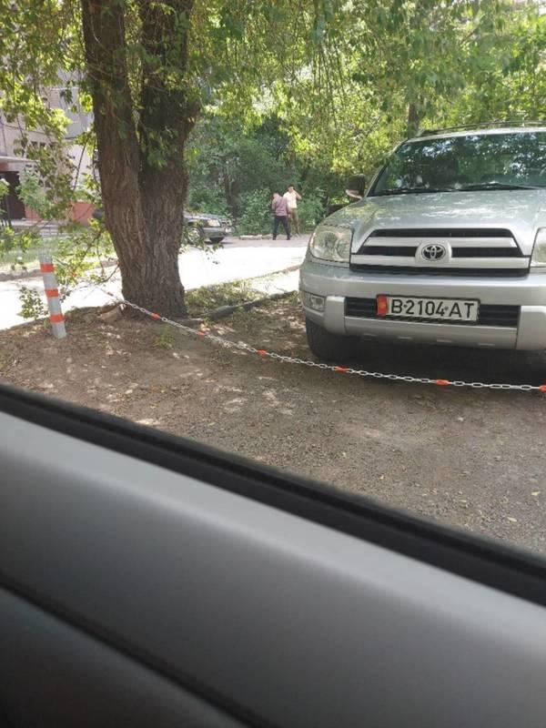 На Ибраимова житель огородил и оцепил участок для личной парковки, - горожанин (фото)