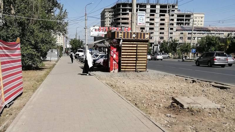 Горожанка просит убрать будку шаурмешной в мкр Джал. Фото