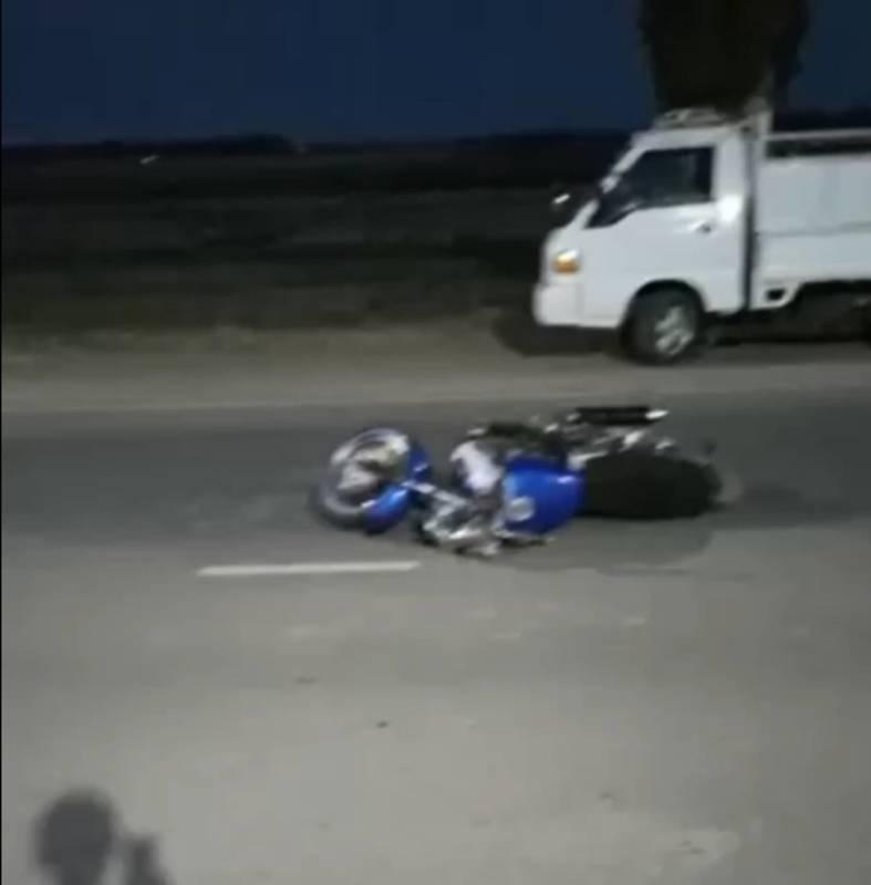 По дороге в аэропорт мотоциклист насмерть сбил пешехода. Видео