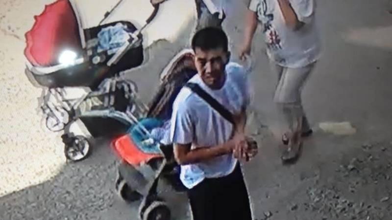 Женщина ищет парня, который подобрал ее телефон, который она уронила в Джале. Видео