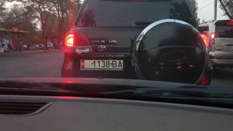 В Бишкеке замечен «Крузак» с номерами от «Волги». Фото