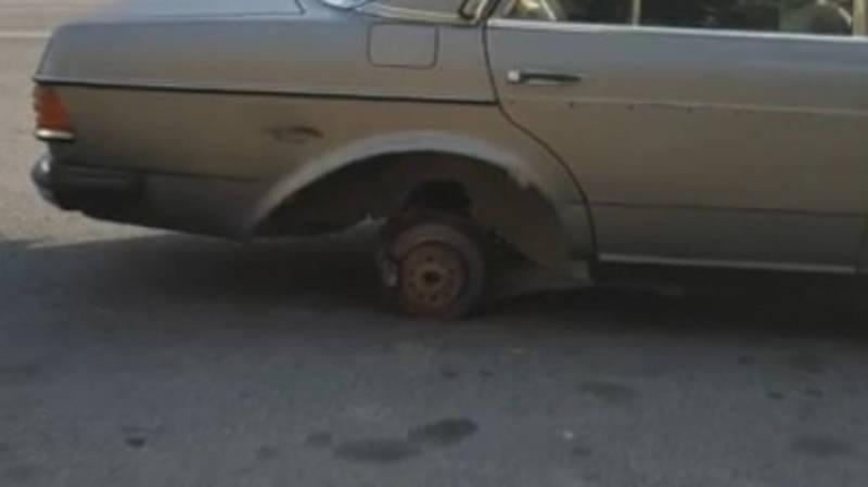 На Ахунбаева у машины отлетело колесо и повредило два других авто. Видео
