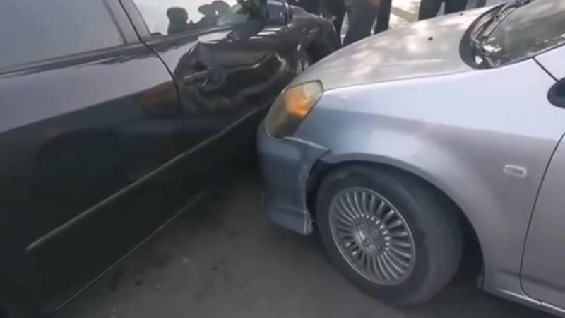 Возле Аламединского рынка «Хонда» слетела с дороги и протаранила 3 машины. Видео с места аварии