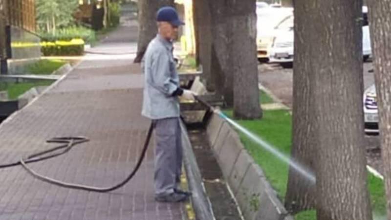 Возле бизнес-центра «Орион» газон поливают питьевой водой. Фото