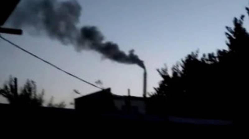 Из трубы ТЭЦ идет черный дым. Видео