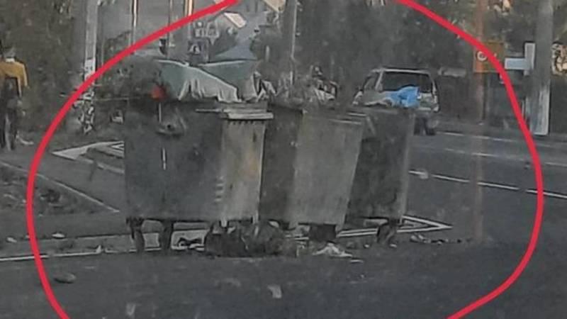 В Ак-Орго мусорные баки стоят на дороге. Фото местного жителя