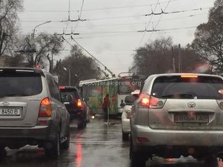 Читатель прислал фото поворота со второго ряда троллейбуса 24 марта (к сожалению, номер не видно).