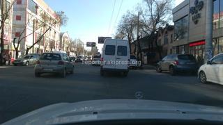 Читатель написал: «26 марта маршрутка, проезжая ул. Абдрахманова беспорядочно перестраивалась, выезжала на встречную полосу движения, создавая аварийные ситуации.»