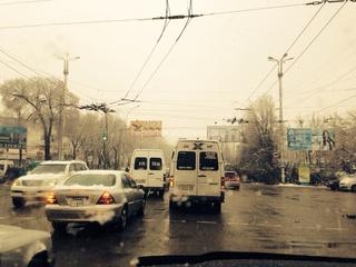 Читатель прислал фото, сделанное около 8 утра 2 апреля (S0212AE) на Манаса-Ахунбаева.