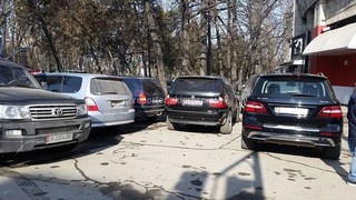 Парковка на тротуаре (перекресток Эркиндик-Киевская)