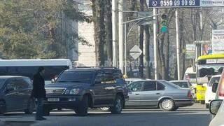 Водитель припарковался на проезжей части на пересечении улиц Исанова-Чуй, создавая помехи для других.