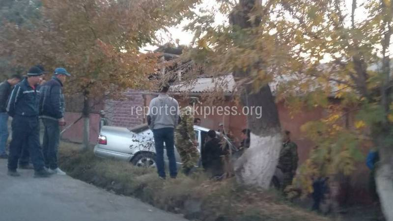 В Оше машина слетела с дороги после ДТП. Фото