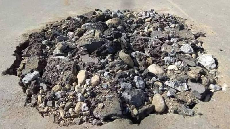В Таласе на 1-Мая-Тельмана яму на дороге засыпали камнями, - житель (фото)