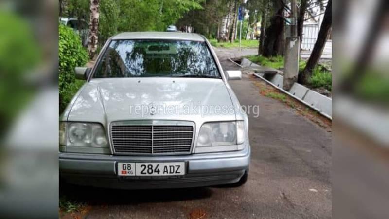 В 6 мкр на ул.С.Каралаева водитель «Мерседеса» припарковался на тротуаре (фото)