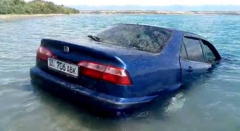 Видео — «Хонду» погрузили в озеро Иссык-Куль, чтобы снять смешной видеоролик