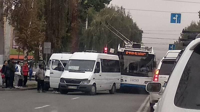 Водитель маршрутки №195 высадил и посадил пассажиров на проезжей части дороги, перекрыв движение (фото)