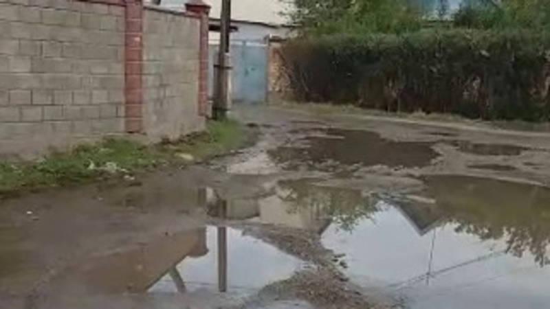 В Боровском переулке прорвало канализацию, вода топит улицу и дворы домов (видео)