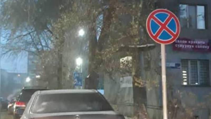На Горького-Тыныстанова машины припарковали под запрещающим знаком. По Carcheck оба автомобиля находятся под арестом (фото)