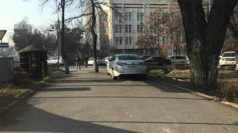 На Ибраимова-Киевской машину припарковали на тротуаре (фото)