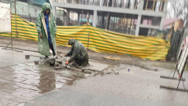 Горожанин: В Бишкеке практикуется новый метод асфальтирования?
