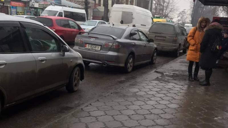 Машины, припаркованные на остановке возле «Гоина», мешают общественному транспорту, - очевидец (видео, фото)