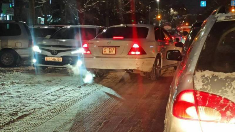 На ул.Абдрахманова во время пробки водитель «Мерседес» выехал на встречную полосу