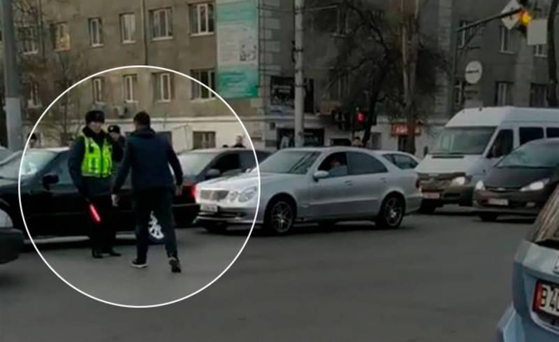 Видео — Водитель устроил разборки с регулировщиком посреди улицы