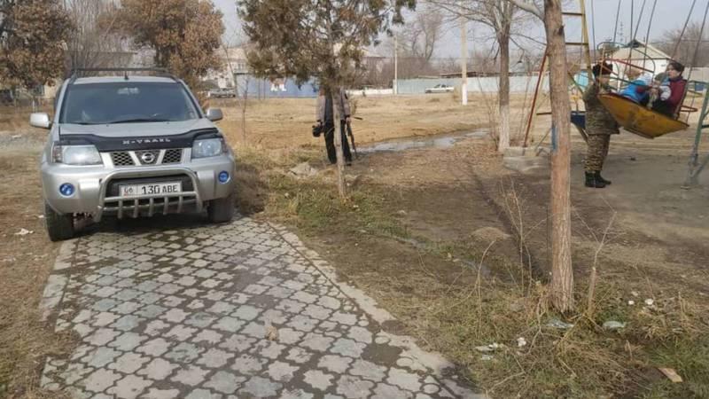В Баткене в парке возле здания полпредства «Ниссан» припарковали на тротуаре. Фото