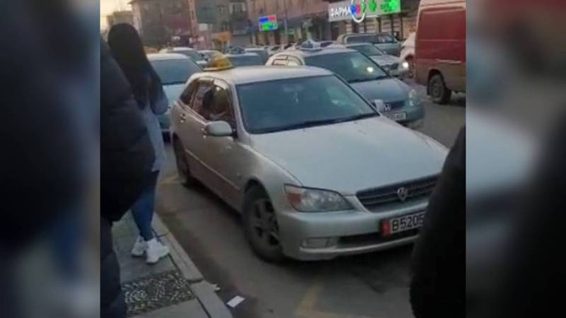 На ул.Киевской на остановке возле ТЦ «Бишкек Парк» паркуются водители. Видео