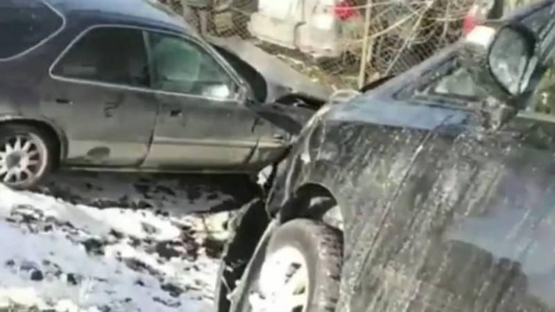 Возле авторынка произошло ДТП с участием нескольких машин. Видео, фото