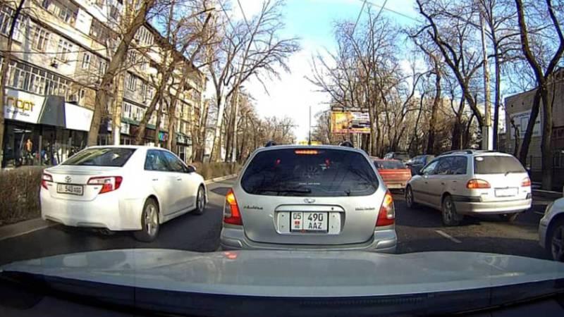 На ул.Московской многие водители едут по встречной полосе, - бишкекчанин (видео, фото)