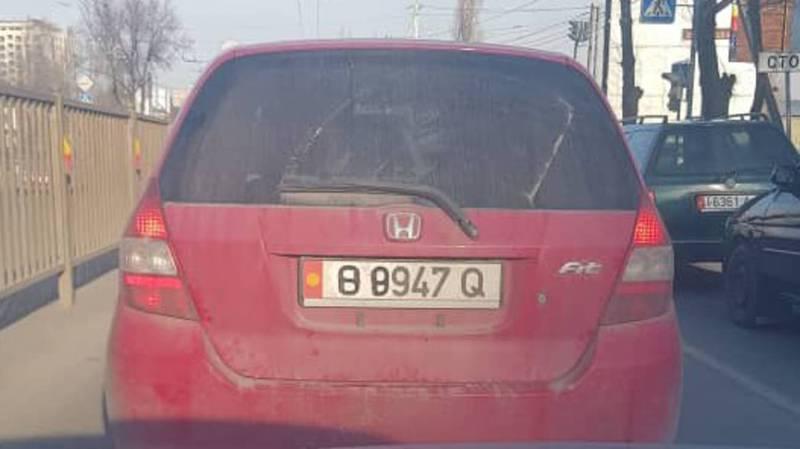В Бишкеке находчивый водитель скрыл госномер от камер «Безопасного города». Фото