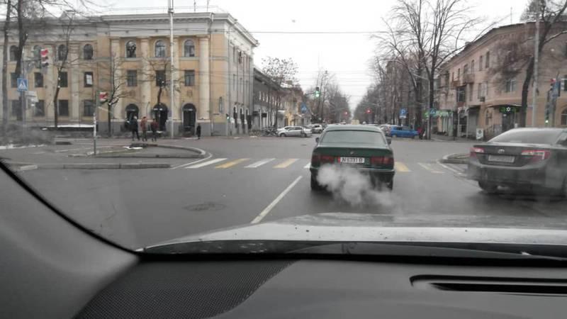 На проспекте Чуй сильно дымит «БМВ». Фото