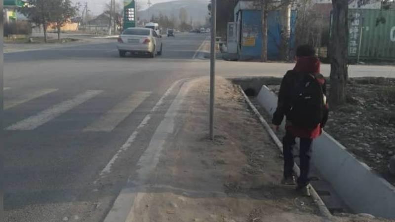 На улице Садырбаева выше улицы Масалиева нет тротуара. Фото