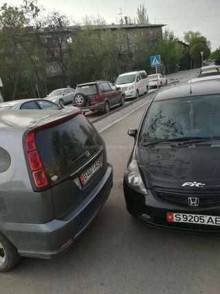 Парковка на тротуаре на Фатьянова-Кулатова
