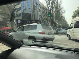 Парковка на пешеходном переходе на ул.Исанова