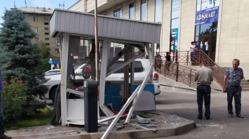 Пьяный водитель на внедорожнике устроил погром в центре Бишкека: разнес будку и подрался с охранником. Видео