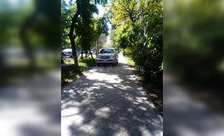 Парковка на тротуаре на Боконбаева-Турусбекова