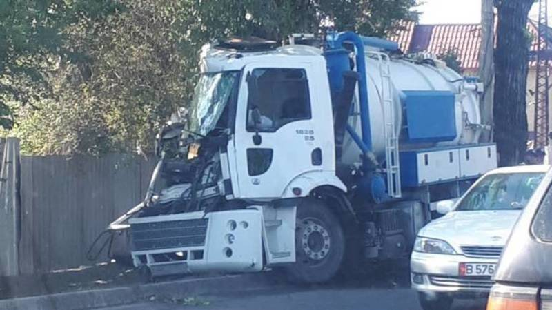 На ул.Куренкеева автоцистерна врезалась в дерево. Фото