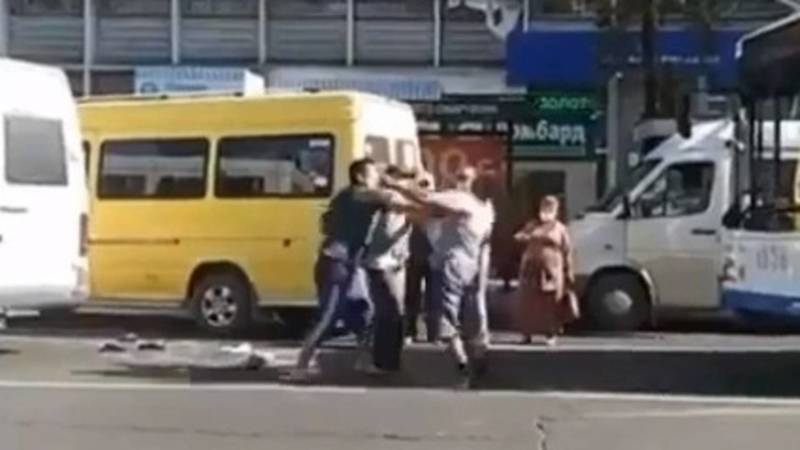 В центре Бишкека произошла драка. Видео очевидцев