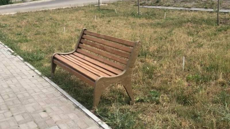 На ул.Медерова поставили скамейки. Просто на газон поставили, не закрепив. Фото горожанина