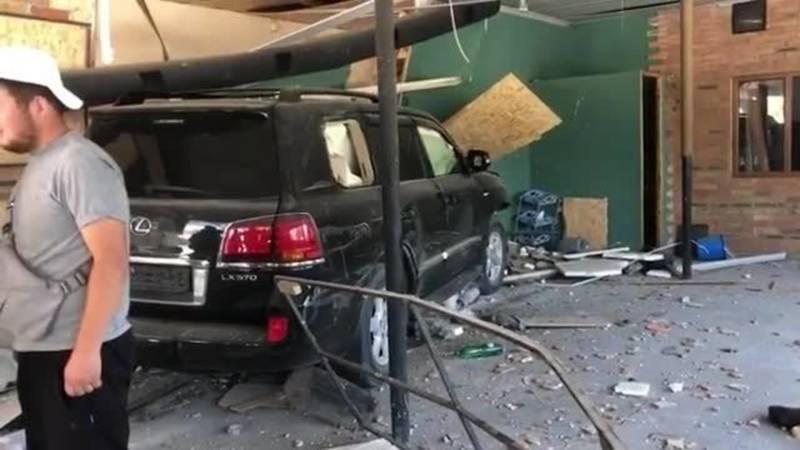 Lexus LX 570 протаранил стену и заехал в кафе. Видео и фото