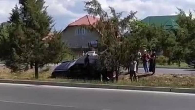 В Бишкеке водитель не справился с управлением и вылетел с дороги. Фото