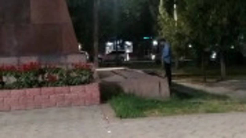 Мужчина справляет нужду на проспекте Чуй за памятником героям-комсомольцам. Видео
