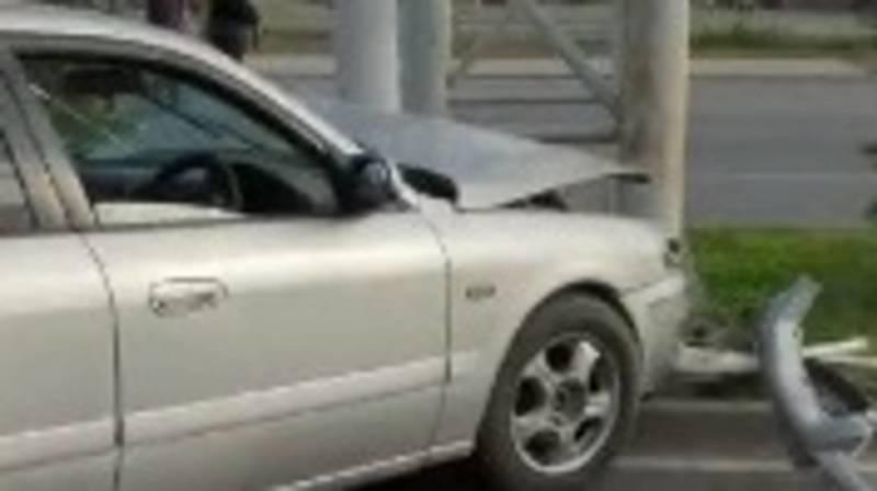 На Южной магистрали «Мазда» врезалась в столб. Видео очевидца