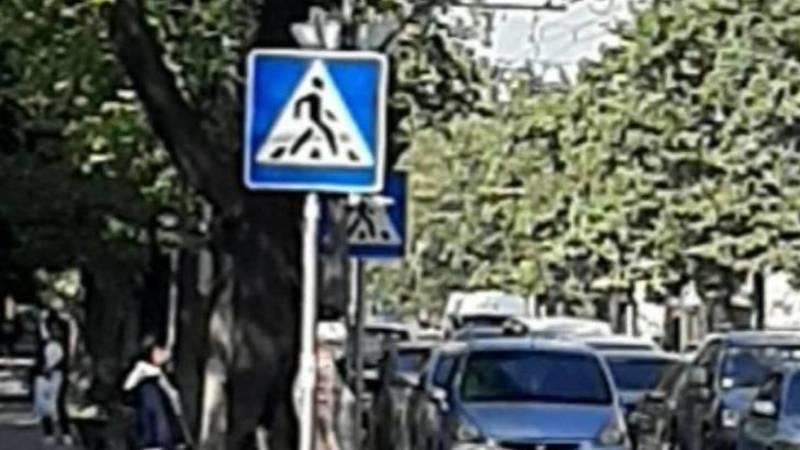 На Айтматова-Ахунбаева знак закрывает обзор на светофор, - горожанин