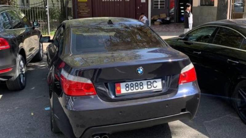 На ул.Шопокова BMW 550 со штрафами в 54,5 тыс. сомов перегородил въезд во двор, - очевидец